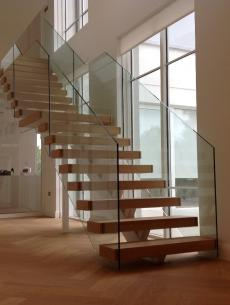 uploads/projects/67/White steel spine stairs main.jpeg